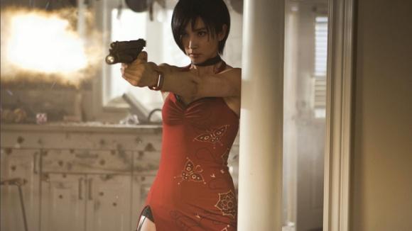 Oui oui, c'est bien une image du film. Elle est bien en robe de soirée pour une mission commando...