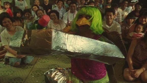 La pièce de théâtre est une sorte de condensé du cinéma de Miike pour le plus jeune âge.