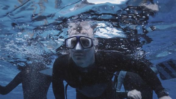The Reef jongle sans cesse sur et sous la surface de l'eau afin de rendre une pleine immersion.
