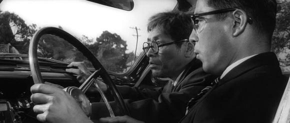 Kurosawa ne nous laisse avoir aucune pitié pour les fonctionnaires.