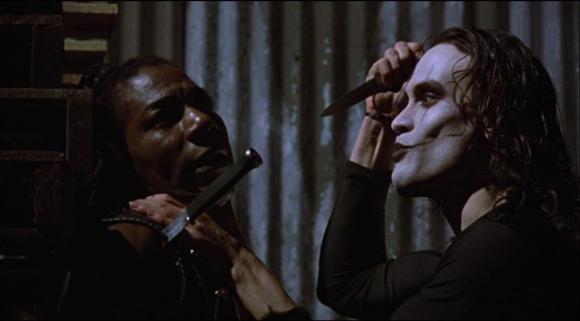 Un film que Heath Ledger a du voir tant les mimiques ressemblent étrangement à celles du Joker.