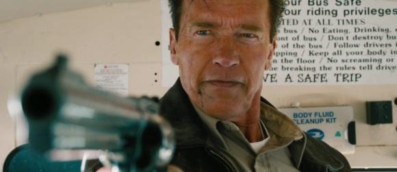 Heureusement que Schwarzy a toujours la classe quand il pointe une arme sur quelqu'un.