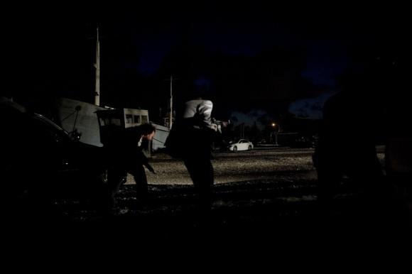 La nuit, sublimée par les coups de feu, rend très bien à l'écran.